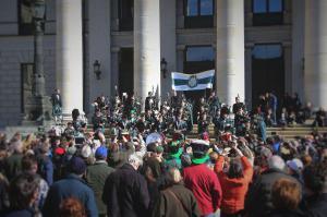 Claymore Pipes and Drums vor der Oper in München, nach der St. Patrick's Day Parade